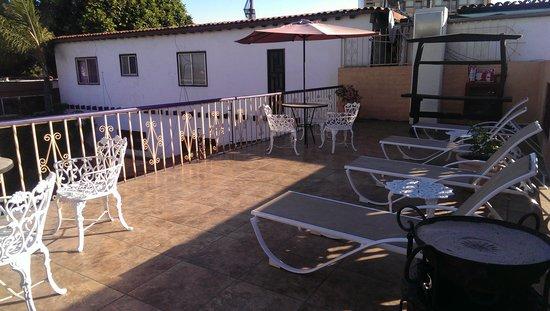 Americas Best Value Inn - Posada El Rey Sol: Upstairs patio.