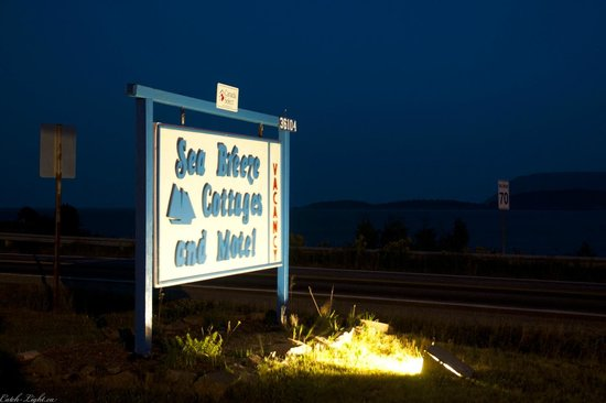 Sea Breeze Cottages and Motel : Sign