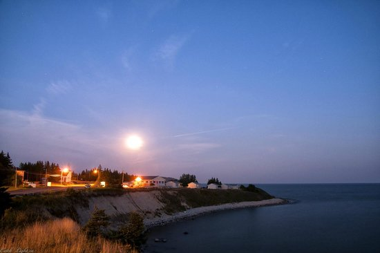 Sea Breeze Cottages and Motel : Just across the road --Night View