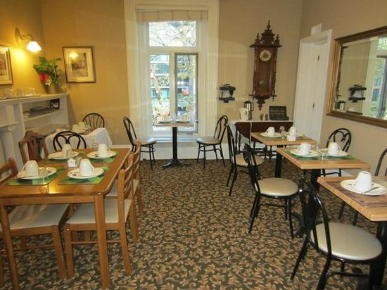 Manoir De La Tour: Breakfast area