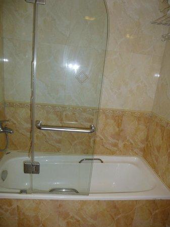 Safir Hotel: Bathroom