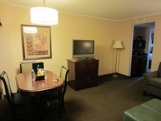 Embassy Suites by Hilton Baltimore BWI - Washington Intl. Airport : Front room