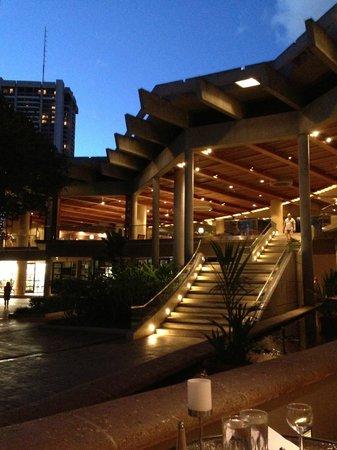 Hale Koa Hotel: From the KoKo Cafe looking up towards the Lobby