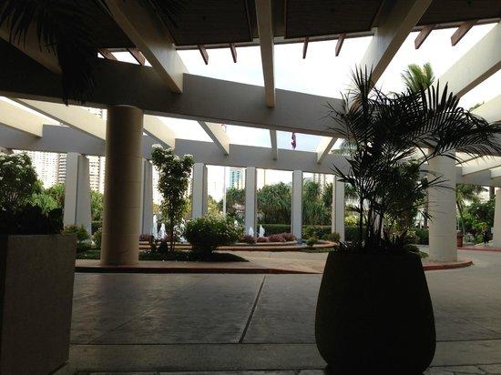 Hale Koa Hotel: The Lobby area totally open air