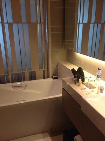 New World Makati Hotel: bathroom