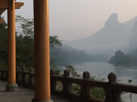 Li River Resort : walking along the river from hotel to town