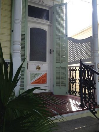 Sunburst Inn Guest House: Front door of the inn.