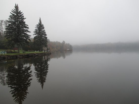 Le Grand Lodge Mont-Tremblant: view of the lake on foggy morning