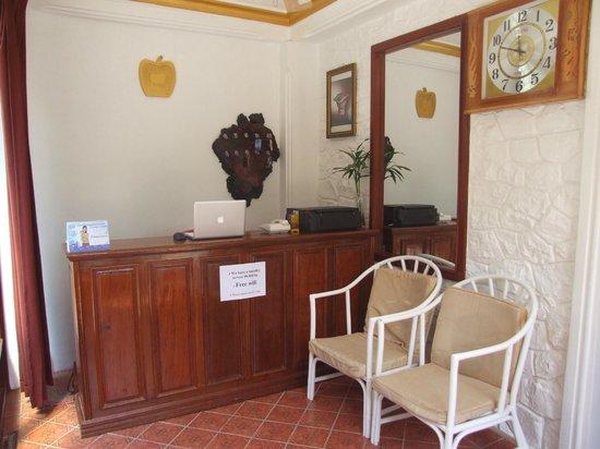 Apple Guesthouse : Receptionist Desk