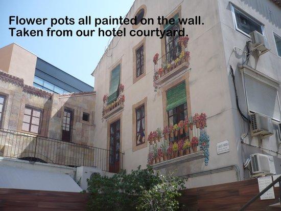 Catalonia Portal de l'Angel : Wall art around pool area