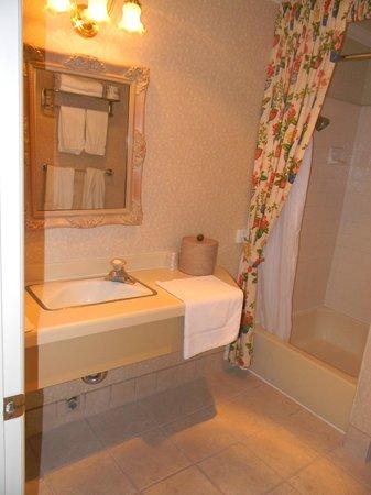 Franciscan Inn : Baño muy espacioso y limpio.