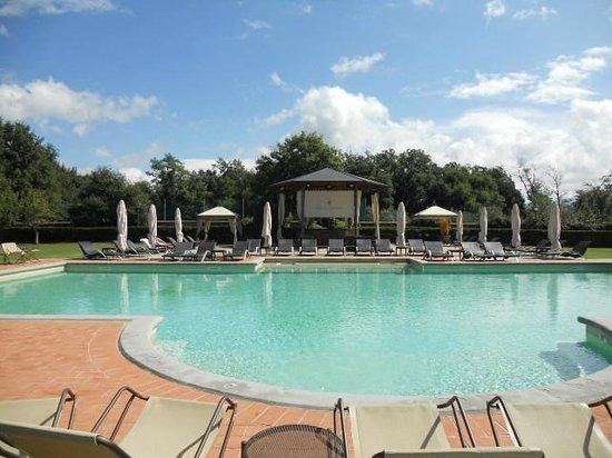 Relais Badia di Campoleone: gorgeous pool area