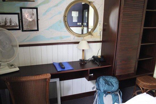 De Barge Hotel: Pleasant desk, decor and ample closet/storage space