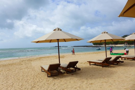 Kingfisher Hotel: sun lounges and beach