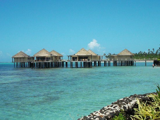 Coconuts Beach Club: Over water fales