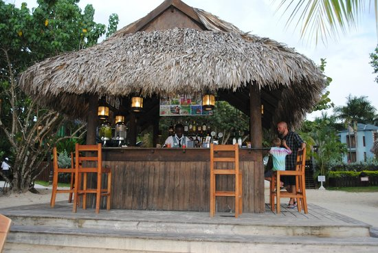 Beaches Negril Resort & Spa: Bar on beach next to Stewfish