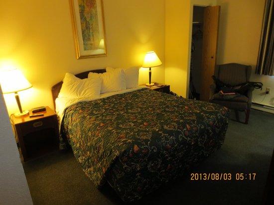 Travelodge Edmonton South: closet next to bed