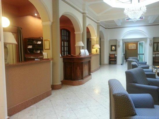 Royal Victoria: Hotel lobby