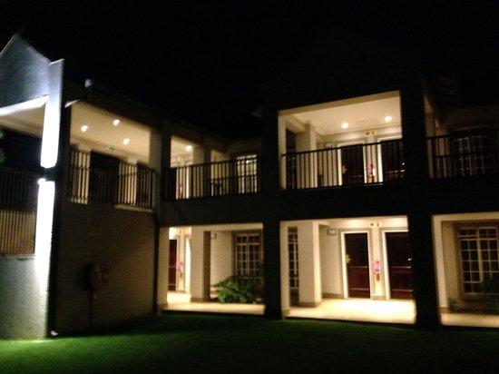 Birchwood Hotel: Room blocks at night