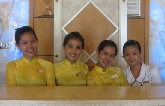 Silverland Central Hotel and Spa: Reception Desk. Shophie, Bella, Ann and Quin
