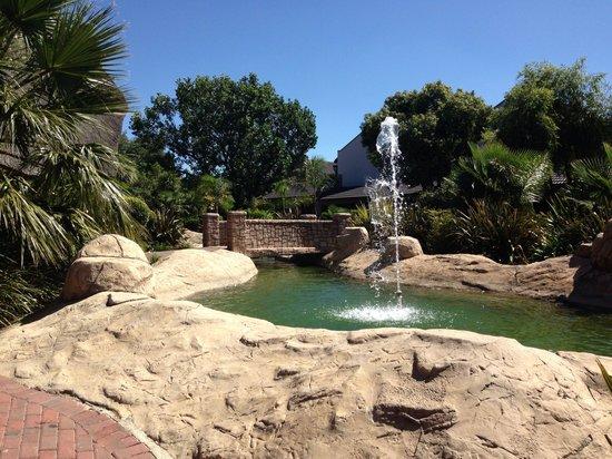 Birchwood Hotel: Calming fountain