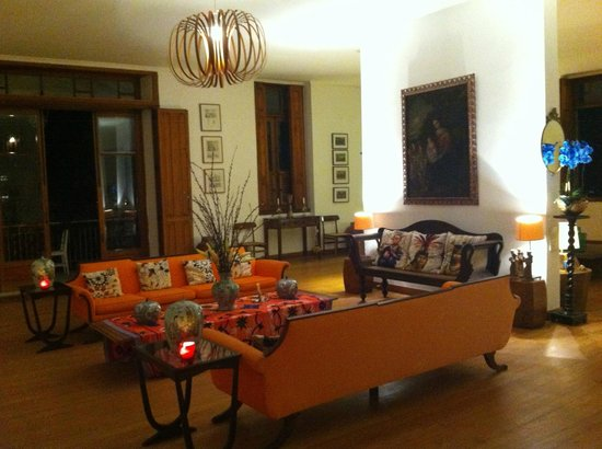 Mama Ruisa: Living room