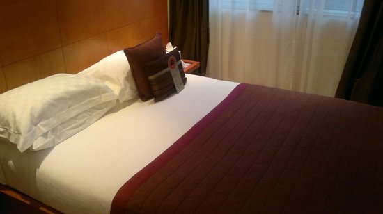 Park Plaza Victoria London: Suite 806 bed