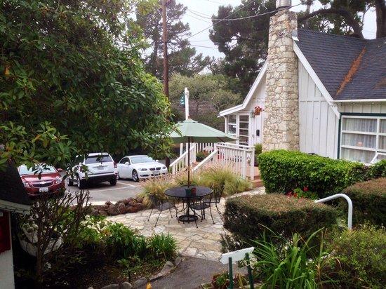 Carmel Green Lantern Inn: Blick in Richtung Hauptgebäude