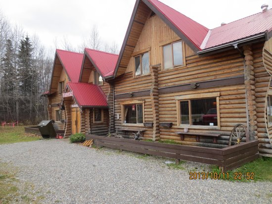 Liard Hot Springs Lodge: Outside look of lodge