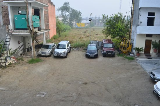 Hotel Suvidha Palace: The Parking area of the hotel, Can see it is open to field from behind