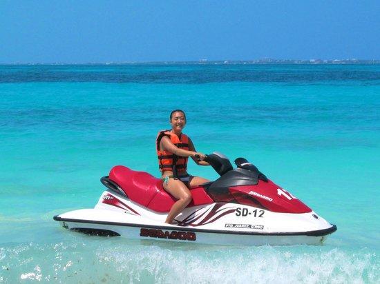 Hotel Riu Palace Las Americas: Jet-skiing by the private beach.
