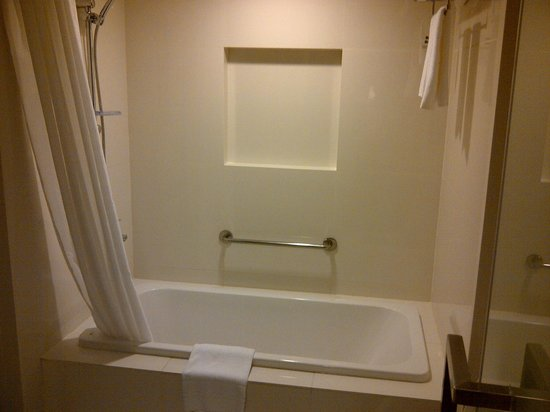 Seda Bonifacio Global City : Bathtub... flood the floor after you bath... even after closing the curtain