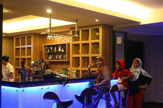 Pandanaran Hotel Semarang : lounge untuk pesan minuman dan makanan kecil.