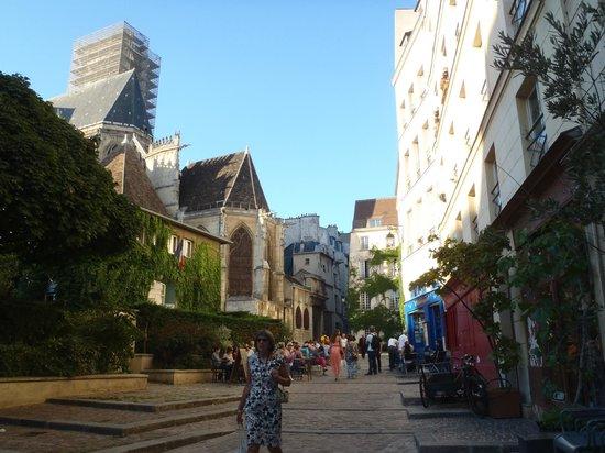 Auberge de jeunesse MIJE Maubuisson : Здание вдалеке, обвитое плющом, это хостел MIJE