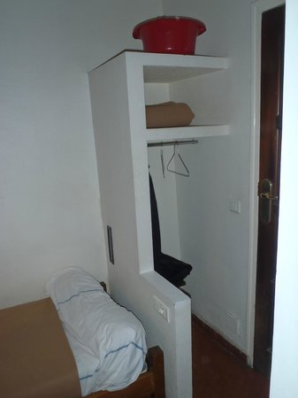 Auberge de jeunesse MIJE Maubuisson : Вместо шкафа (во всех номерах)