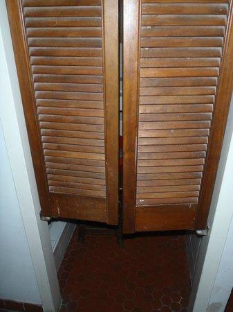 Auberge de jeunesse MIJE Maubuisson : Вместо дверей в ванную комнату