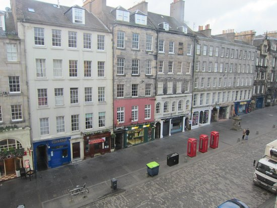 Stay Edinburgh City Apartments - Royal Mile : View from front bedroom/living room onto the Royal Mile