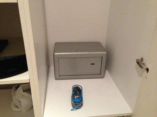 Out of the Blue Capsis Elite Resort: В этот сейф компактный ноутбук не помещается. Ключ выдали только на третий день!!!