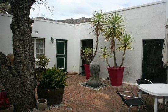 Four Oaks Guest House: Courtyard