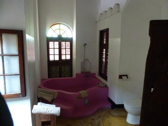 The Swahili House: The bathroom with huge pink bath