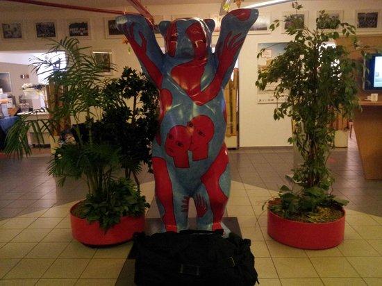 A&O Berlin Kolumbus: Bjørnen i lobbyen.