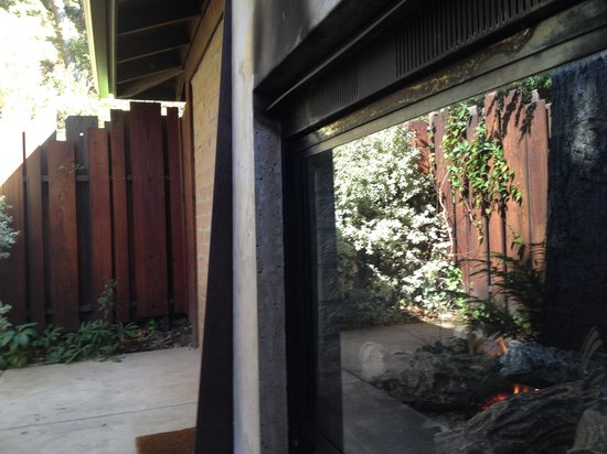 Glen Oaks Big Sur : indoor/outdoor fireplace