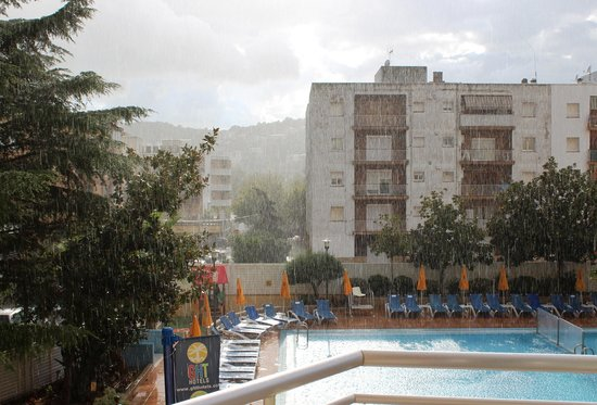 Hotel GHT Oasis Tossa & SPA : View from our room when it was raining outside