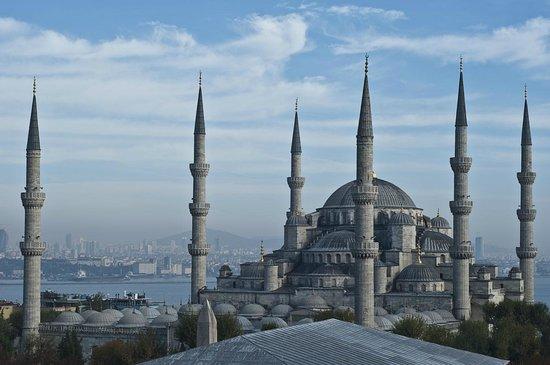 Lady Diana Hotel : Вид на Босфор и мечеть во время завтрака