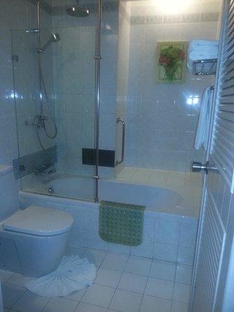 โรงแรม ซี&เอ็น: Bathroom