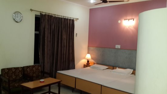 Pawan Hotel: triple bed with balcony view 1