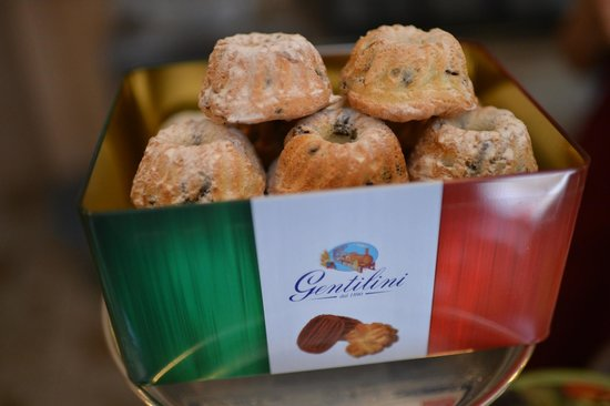 Amaretti Pasticceria Italiana: Mini pandoro with pieces of chocolate , dry raisins, orange zest...you can only try at Amaretti