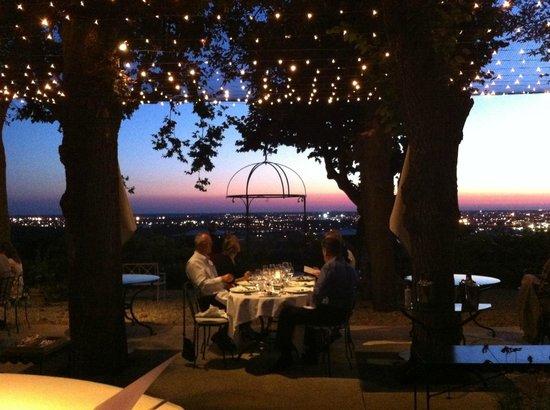 Restaurant Le Saint-James Relais & Chateaux: Beautiful evening view of Bordeaux
