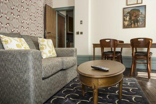Morton Hotel: Charleston Apartment living area