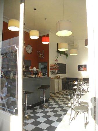 Cafe Restaurant de la Mairie: Entrez, entrez!